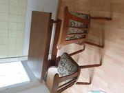 Tisch und Stühlen