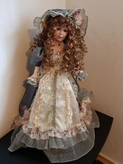 hübsche unbespielte Puppe