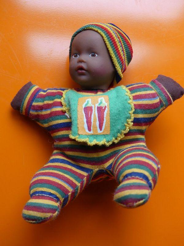 b7a241535ef3b8 kleine Puppe dunkelhäutig mit gestreifter Kleidung (auch zu ...