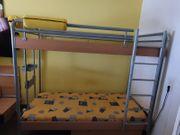 Etagenbett mit Matrazen und Lattenrosten