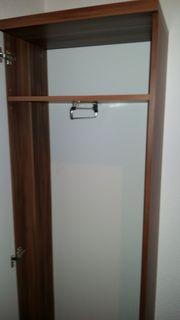 Kernnussbaumfarbiger Garderobenschrank mit weißer Türe