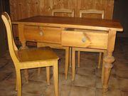 Weichholz-Doppelschub-Tisch mit 4 Stühlen antik