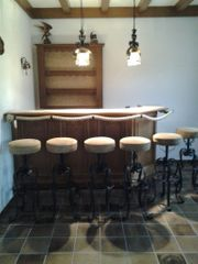 Bar Hausbar mit Hockern und