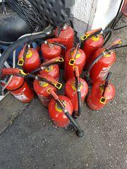 12 Feuerlöscher