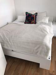 Weißes Doppelbett mit Matratzen und