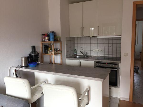 Küche mit Geräten und Stühlen
