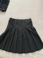 schwarzer faltenrock