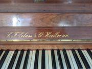 Klavier historisch mit Kerzenhalten