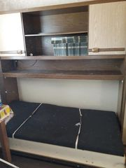 Schlafzimmer mit Ausklapp-Bett und Schrank