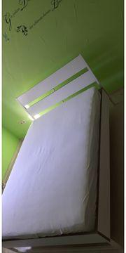 Bett mit Ablagetisch