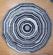 Teppich ca 122cm hand-gehäkelt aus