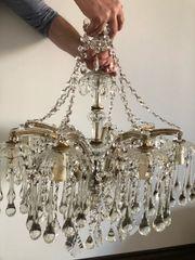 Kronleuchter mit vielen Glassteinen