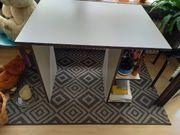 Schreibtisch und Bürostuhl