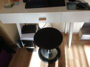 Schreibtisch und -stuhl