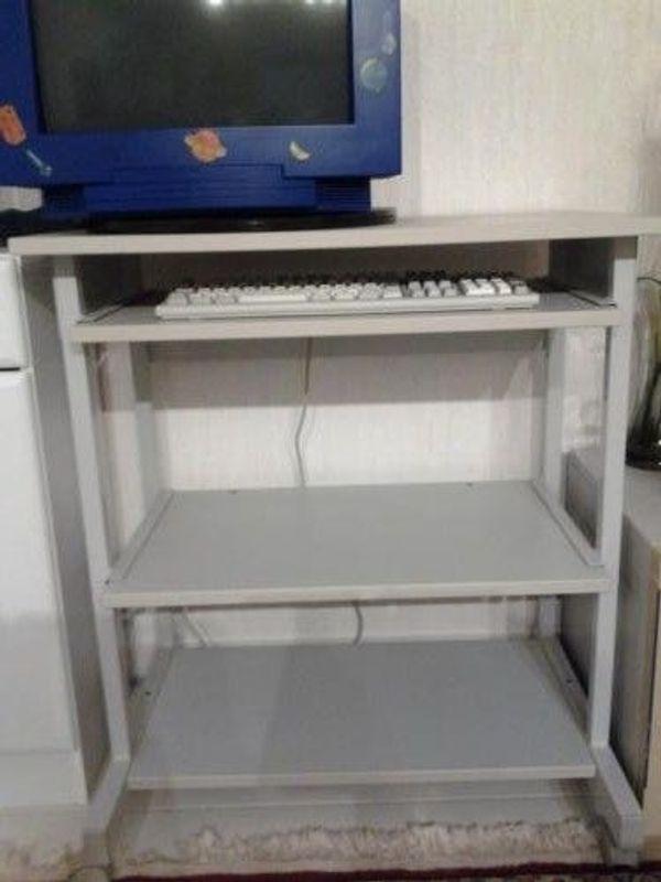 Gut erhaltener kleiner stabiler Schreibtisch