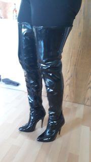 Schwarze Damenlackoverkneestiefel Gr 40 getragen