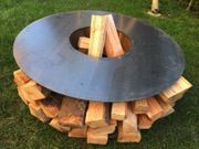 Feuerschale mit Holzlager