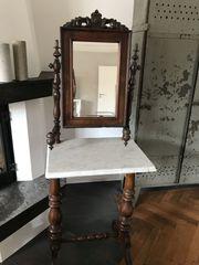 schöner alter antiker Spiegeltisch mit