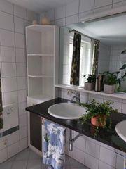Steinplatte mit Waschbecken und Armaturen
