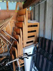 Alte Stühle und grosse Klapptische