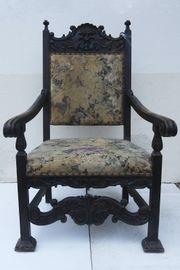 Antiker alter Stuhl Thron mit
