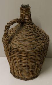 Ballonflasche mit Dekorosen im Korb