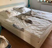 Bett mit zwei Nachtschränkchen