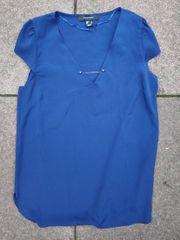 Blaue Bluse mit Kettendetail