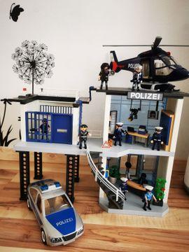 PLAYMOBIL Polizeistation inkl Hubschrauber und Polizeiauto