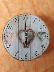 Glas Uhr mit Herzmotiven