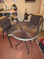 Runder Glastisch mit 2 Stühlen