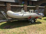 Schlauchboot mit Motor und Anhänger