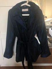 dunkelblaue glänzende Regenjacke Mantel
