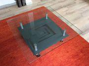 Glastisch mit Desingerablage