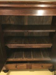 Antiker Schrank aus Massivholz
