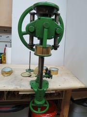 Handbetriebene 105 Jahre alte Dosenmaschine