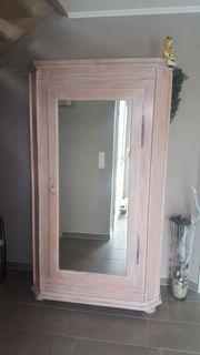 Schrank im Bauernstil mit Spiegeltür