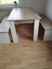 Tisch mit zwei Bänken