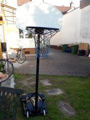 Basketballkorb und kleine Tore