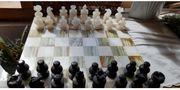 Schachbrett mit Figuren aus Onyx