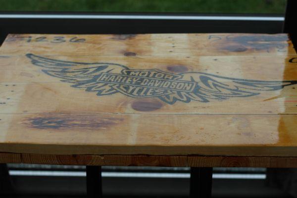 Echtholztisch mit Harley Davidson Einfrähsung