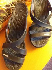 Schwarze Crocs
