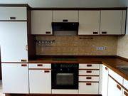 Küche mit Kühlschrank Herd und