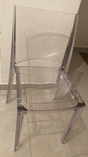 Wohnwand mit 4 Transparenten Stühlen
