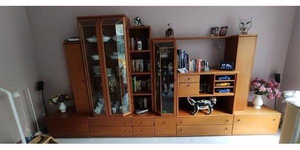 Echtholz Wohnwand mit Glasvitrinen zu