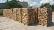 Brennholz geliefert und auf Paletten