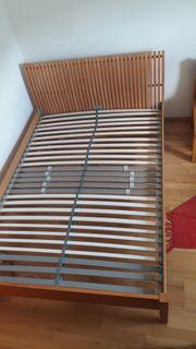 Schönes IKEA Bett mit rollbarem