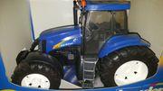 Bruder Traktor New Holland TG285