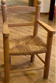 süßer kleiner Holzstuhl