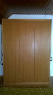 Kleiderschrank aus Holz 3-türig